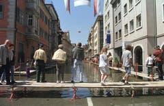 Land unter in Rorschach: Die Hafenstadt am Bodensee ist nach heftigen Niederschlägen überschwemmt. Das Hochwasser 1999 geht in die Geschichte der Region am Bodensee ein. (Bild: Keystone)