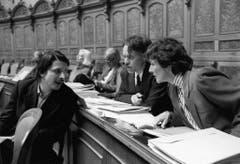 Die SP-Nationalräte Paul Rechsteiner, Moritz Leuenberger und Ursula Mauch diskutieren im März 1988 miteinander während der Frühlingssession anlässlich der Debatte über die international beschlossenen Sanktionen gegen Südafrika. (Bild: Keystone)
