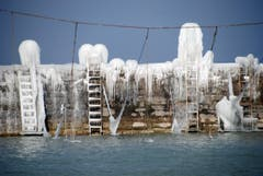 Eisskulpturen türmen sich über der Hafenmauer von Romanshorn. (Bild: Michèle Schneider)