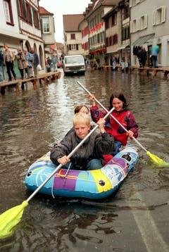 22. Mai 1999: Eine aussergewöhliche Ruderpartie beschert der nach den ergiebigen Niederschlaegen der vergangenen 24 Stunden über die Ufer getretene Bodensee diesen drei jungen Einwohnern im überfluteten Stadtkern von Steckborn. (Bild: Keystone/Yuval)