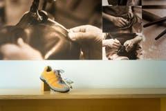 """Fotos vom Schuhmacherhandwerk """"Anno dazumal""""zieren die Wände im Verkaufsraum. (Bild: Michel Canonica)"""