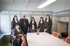 Sechs der derzeit noch sieben Nonnen des Klosters Notkersegg zusammen mit Bischof Markus Büchel. (Bild: Ralph Ribi)