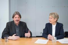 Gespräch zwischen Karin Keller-Sutter (FDP) und Paul Rechsteiner (SP) zur Rentenreform 2017. (Bild: Keystone)