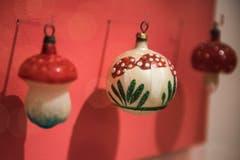 Fliegenpilze waren als Christbaumschmuck in den 20er-Jahren angesagt. Ihr Rot kontrastiert hübsch zum Grün der Tannenzweige. (Bild: Sabrina Stübi)