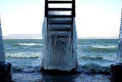 Treppe von einem Strandhaus ins Wasser durch die starke Bise vereist. (Bild: Thomas Ammann)