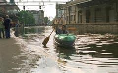 Per Boot durch Rorschach: Das Hochwasser 1999 macht's möglich. (Bild: Keystone)