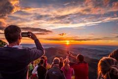 29. Juli: Blick auf den Sonnenuntergang vom Berggasthaus Schäfler. (Bild: Urs Bucher)