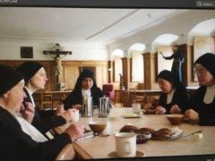 Ein Fernsehfilm über das Kloster Notkersegg: Die Nonnen bei einer Mahlzeit. (Bild: SRF)