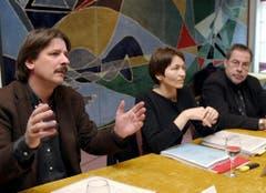Paul Rechsteiner, schon damals Präsident des Schweizerischen Gewerkschaftsbund (SGB), Regula Rytz, Zentralsekretärin des SGB, und Alexander Tschäppät, Zentralpraesident Kaufmaennischer Veband im Jahr 2004. (Bild: Keystone)