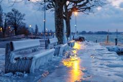 Wunderschöne Eisgebilde zur blauen Stunde in Horn am Bodensee. (Bild: Remo Schläpfer)
