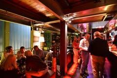 21.17: Backstage im oberen Teil der labor-Bar, wo man sich nach der Aufzeichnung zum lockeren Gespräch und auf einen Drink trifft. (Bild: Manuel Nagel)