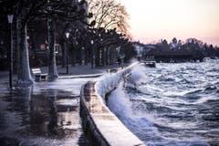 Vereiste Seepromenade mit aufgewühltem See in Rorschach. (Bild: Elias Wirth)