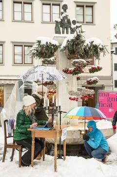 """Guerilla-Aktion: Die Redaktion der """"Ostschweiz am Sonntag"""" liest am Sonntagsverkauf aus dem E-Paper vor. Ort: Aepliplatz, 9000 Sankt Gallen. (Bild: Hanspeter Schiess)"""