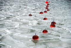 Bojen inmitten von Eisschollen im Hafen Romanshorn. (Bild: Michèle_Schneider)