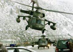 Ein Black-Hawk-Helikopter der U.S. Army startet im österreichischen Mils. Die Maschine bringt am 25. Februar 1999 Menschen in Sicherheit. (Bild: Keystone/Rudi Blaha)