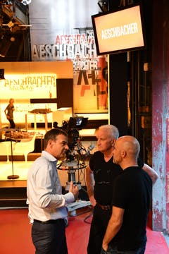 18.58: René Prêtre, Ernst Schefer und Michael Bachmann diskutieren, kurz bevor es in die Maske geht. (Bild: Manuel Nagel)