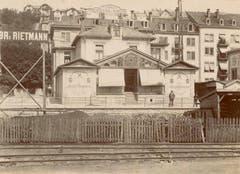 Das Klubhaus um 1900. Links und rechts sind die Flügel mit den Kegelbahnen und in der Mitte der 1896 erstellte Wintergarten zu erkennen. (Bild: Stadtarchiv der Ortsbürgergemeinde St.Gallen)