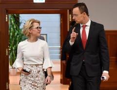 Pencilkleid mit flatternden Ärmeln: Aurelia Frick bei einem Treffen mit Ungarns Aussenminister Peter Szijjarto im Februar. (Bild: EPA/Tibor Illyes)