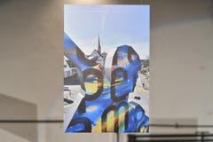 März: Manuel Nagel nutzte die Gelegenheit, beim Anbringen der Folie auf der Kreiselfigur mit der Hebebühne dieses Bild zu machen.