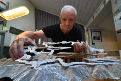 Dienstag, 11.45: Ernst Schefer übt in seinem Atelier in Biessenhofen für seinen Auftritt in zwei Tagen. (Bild: Manuel Nagel)