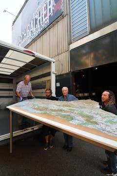Donnerstag, 15.54: Ernst Schefer ist in Zürich angekommen und lädt das grosse Thurgauer Relief - es ist 2,6 Meter breit und 1,6 Meter lang - aus dem Lastwagen. (Bild: Manuel Nagel)