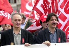 Paul Rechsteiner mit Ratskollege Remo Gysin am 1. Mai Demonstrationszug 2001. (Bild: Keystone)