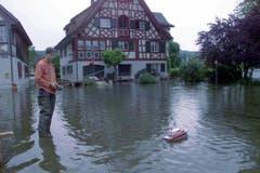 Ein Jugendlicher lässt am Sonntag, 6. Juni 1999 auf einem überfluteten Parkplatz in Ermatingen (TG) sein Modellboot im Wasser des über die Ufer getretenen Bodensees kreisen. (Bild: Keystone/Christoph Ruckstuh)