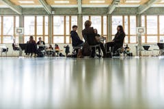 Beim Speed-Dating zur Berufswahl bekommen St.Galler Kantonsschülerinnen und Kantonsschüler einen Einblick in den Berufsalltag von Rotariern. (Bild: Sabrina Stübi)