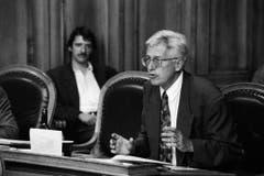 """Rene Rhinow (FDP-Ständerat für den Kanton Basel-Landschaft), im Hintergrund Paul Rechsteiner. Diskutiert wurde über die Initiative: """"40 Waffenplätze sind genug - Umweltschutz auch beim Militär"""". Aufgenommen wurde das Bild im August 1992. (Bild: Keystone)"""