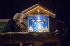Weltrekord Adventskranz in Mosnang. Bischof Markus Büchel betrachtet das erste Adventsfenster © Urs Bucher/TAGBLATT (Bild: Urs Bucher)