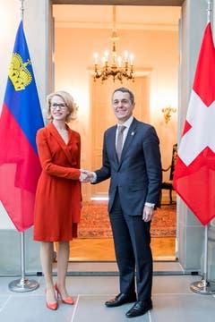 Beim Treffen im Februar mit dem Schweizer Bundesrat Ignazio Cassis trug die Lichtensteinerin passend ein rotes Kleid zur Schweizer Fahne. (Bild: KEYSTONE/Christian Merz)