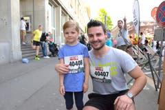 Patrick Felder (links) und Lia Lienert, Kriens, zum 41. Stadtlauf: «Ich habe schon viele Medaillen zu Hause. Ich freue mich, dass ich heute wieder eine erhalten habe.» (Bild: LZ)