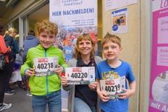 Susanne Scheidegger aus Stans mit Joel (40 218) und Cyrill (40 219), Startnummer 40 220, zum 41. Stadtlauf: «Die Kinder freuen sich natürlich, wenn sie mir und meinem Mann davonspringen können und wir nach ihnen ins Ziel kommen.» (Bild: LZ)