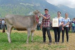 Lorenz Hess mit «Annika» aus dem Stall von Kaspar Scheuber, welche Rinderchampion der Jubiläumsschau wurde. (Bild: beat christen)