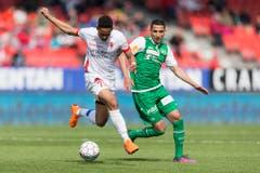 Matheus Cunha behauptet den Ball gegen Yannis Tafer. (Bild: Keystone)