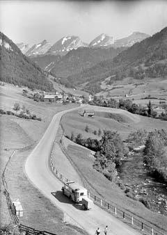 Ein Postauto mit Anhänger und teilweise offenem Dach fährt 1945 in Richtung Stein. (Bild: PD)
