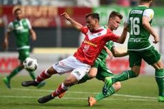 Jasper Van Der Werff im Kampf um den Ball. (Bild: Keystone)
