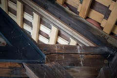 Hier sieht man die Scheibe besser. Sie ist zwischen den zwei Holzleisten rechts oben eingeklemmt. (Bild: Manuela Jans-Koch (Luzern, 3. Mai 2018))