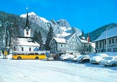 Ein Postauto lässt um 1971 Passagiere in Wildhaus ein- und aussteigen. Im Hintergrund der Schafberg. Wenige Tage vor Aufnahme des Fotos muss es stark geschneit haben. (Bild: PD)