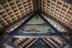 Ein weiteres Giebelbild mit Glasscheiben links und rechts oben zwischen Bild und Dachbalken. (Bild: Manuela Jans-Koch (Luzern, 3. Mai 2018))
