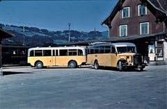 Ein Postauto mit Personenanhänger wartet in Nesslau in den Vierzigerjahren des 20. Jahrhunderts auf Passagiere. (Bild: PD)