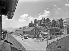 Ein Postauto mit Postanhänger hält 1955 in Wildhaus-Lisighaus. Im Hintergrund erkennt man das Hotel Acker. (Bild: PD)