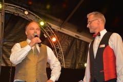 Patric Schönenberger (links), Musig Gähwil, überbringt Christian Guler, Präsident Blechharmonie Kirchberg, die Glückwünsche. (Bild: Beat Lanzendorfer)