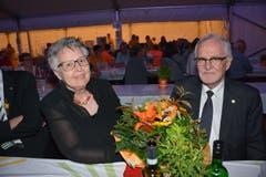 Armin Strässle, Ehrenpräsident der Blechharmonie Kirchberg, und Ehefrau Annette stellten sich als Paten der neuen Vereinsfahne zur Verfügung. (Bild: Beat Lanzendorfer)