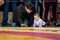 Der ehemalige Spitzenringer Thomas Bucheli mit seiner Tochter Giulia (Bild: Philipp Schmidli)