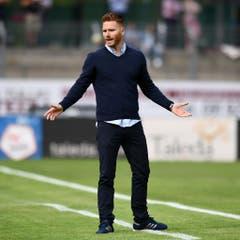 Lugano-coach Guillermo Abascal ist mit einer Entscheidung des Schiedsrichter nicht einverstanden. (Bild: Keystone)