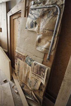 Alte Zeitungen kommen zum Vorschein, die als Dämmmaterial dienten. (Bild: Florian Arnold, 8. Mai 2018)