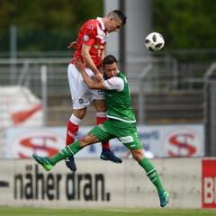 Alain Wiss im Kampf um den Ball gegen Vladimir Golemic. (Bild: Keystone)