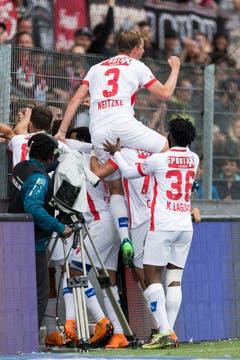 Die Mannschaft freut sich mit Alex Succar. (Bild: Keystone)