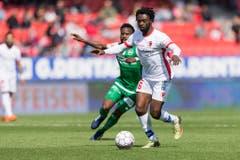 Nzuzi Toko versucht dem Sittener Xavier Kouassi den Ball abzunehmen. (Bild: Keystone)